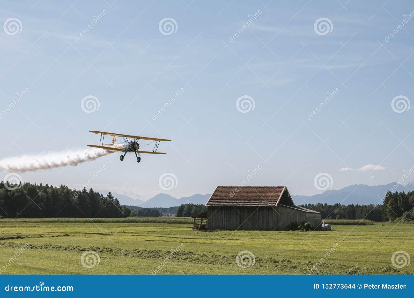 Vecchio bio- aereo che sorvola il paesaggio di estate