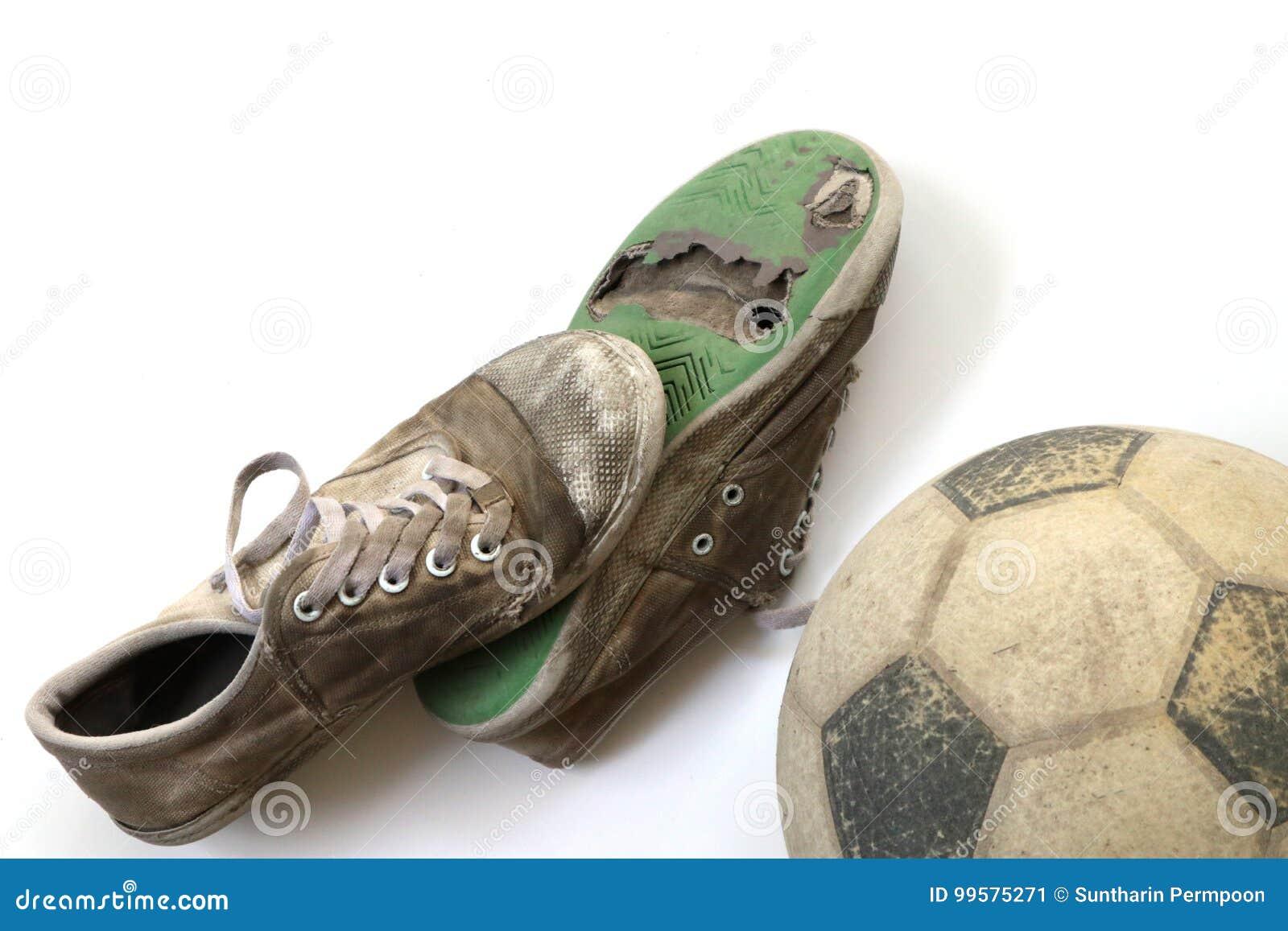 Vecchio Calcio E Vecchie Scarpe Isolati Su Fondo Bianco