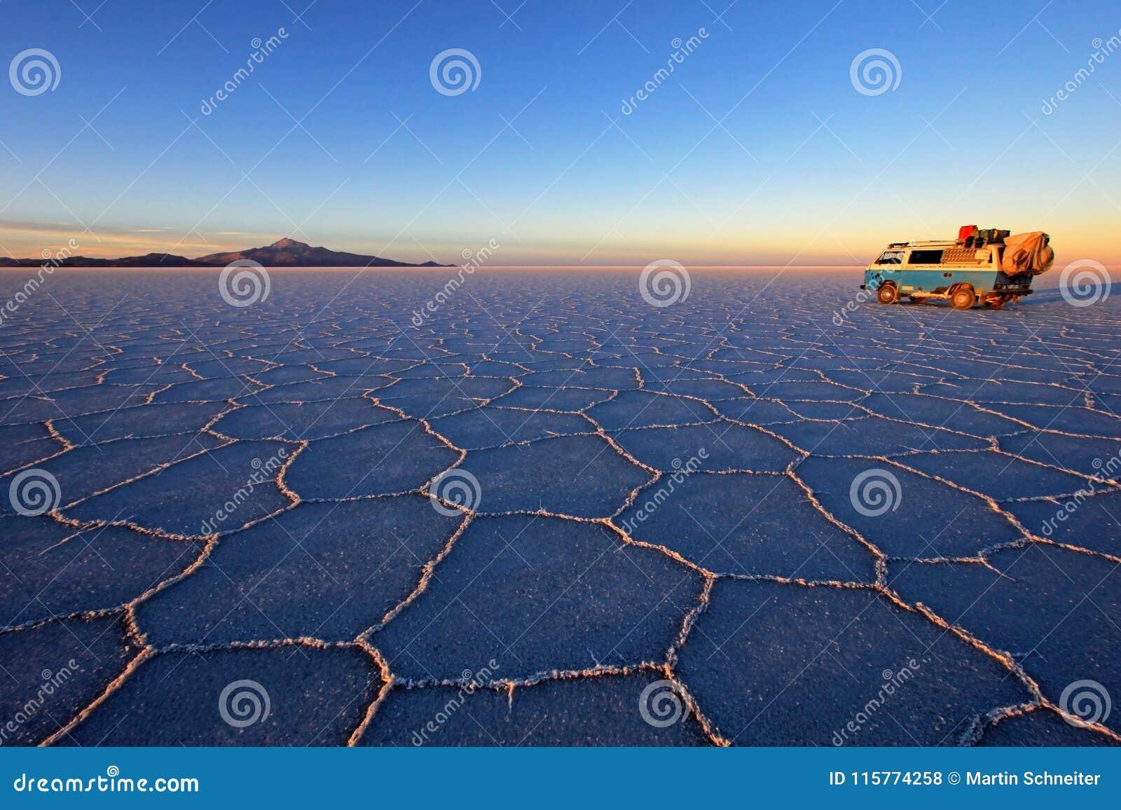 Vecchio campervan d annata tedesco su Salar de Uyuni, lago di sale, Bolivia