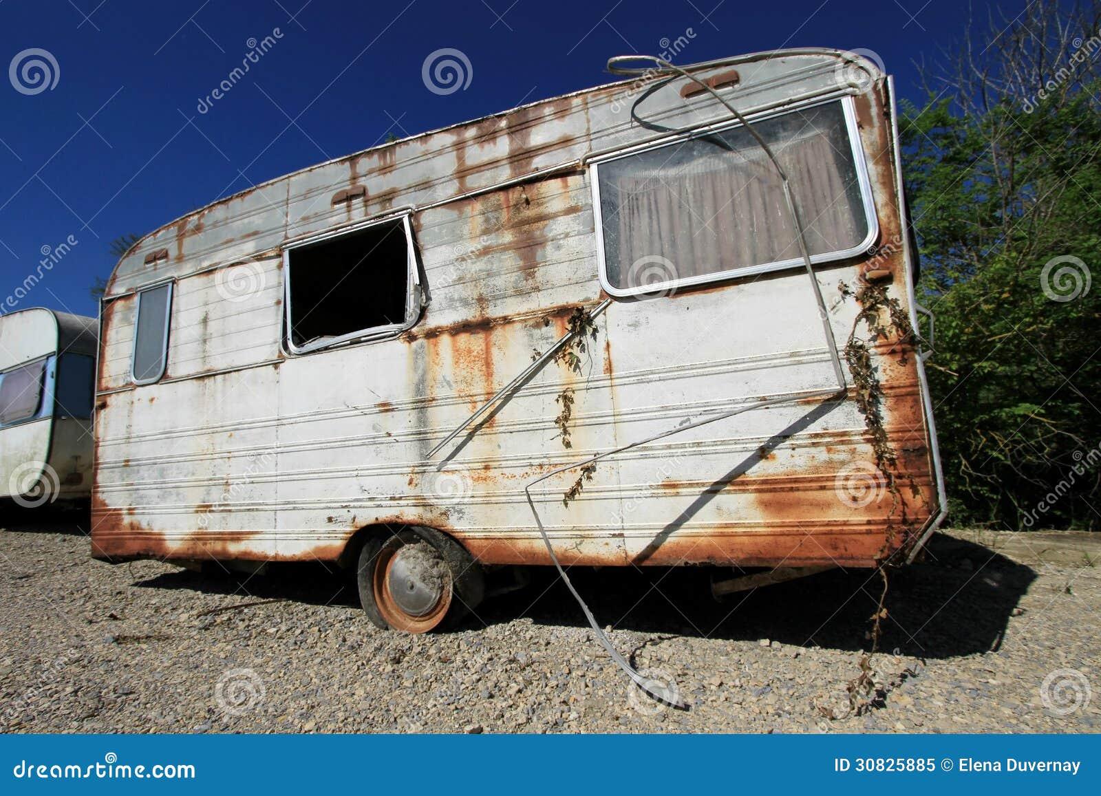Vecchio caravan abbandonato polveroso
