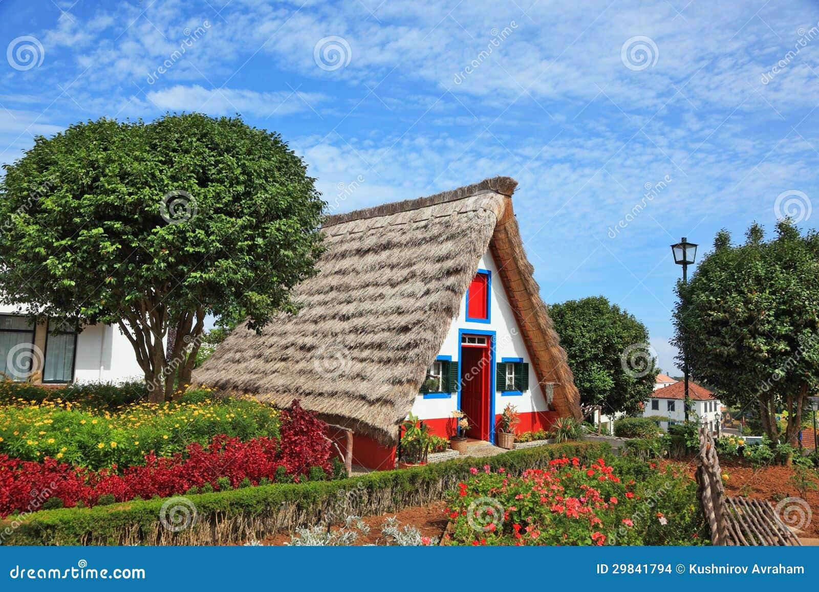Il piccolo giardino del timpano e del cottage con i fiori for Piani casa isola cottage