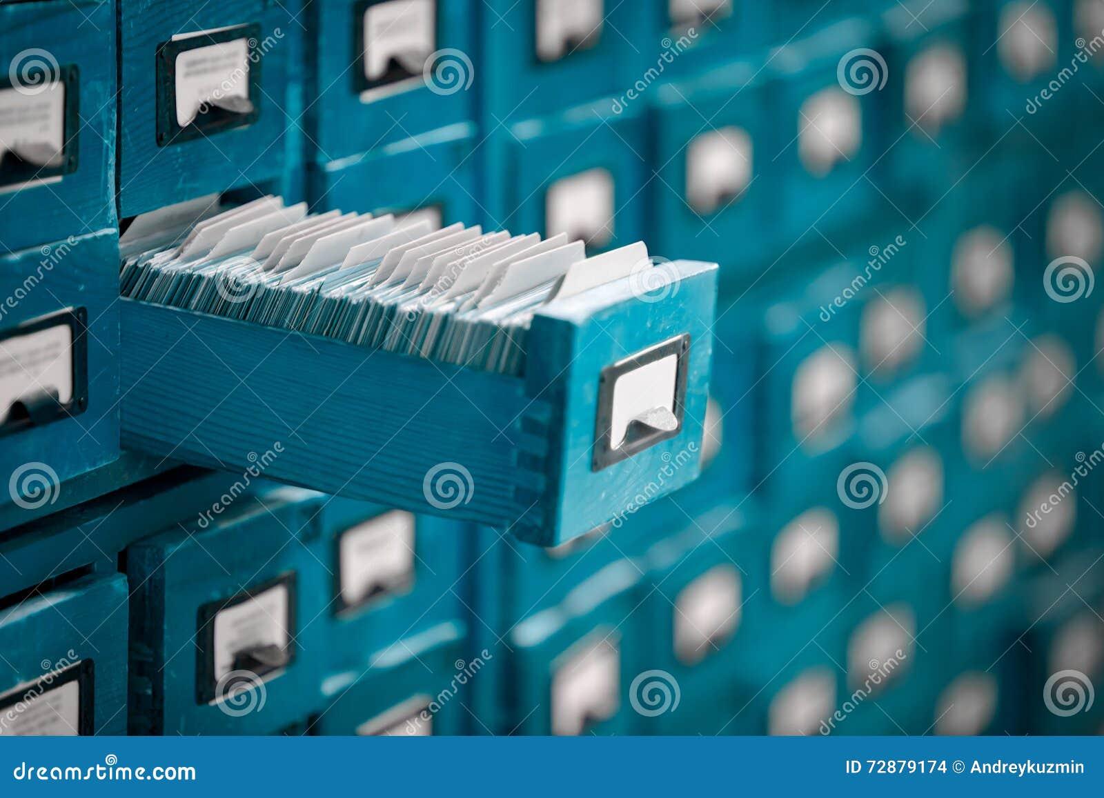 Vecchio catalogo di riferimento dell archivio o delle biblioteche con il cassetto di carta aperto