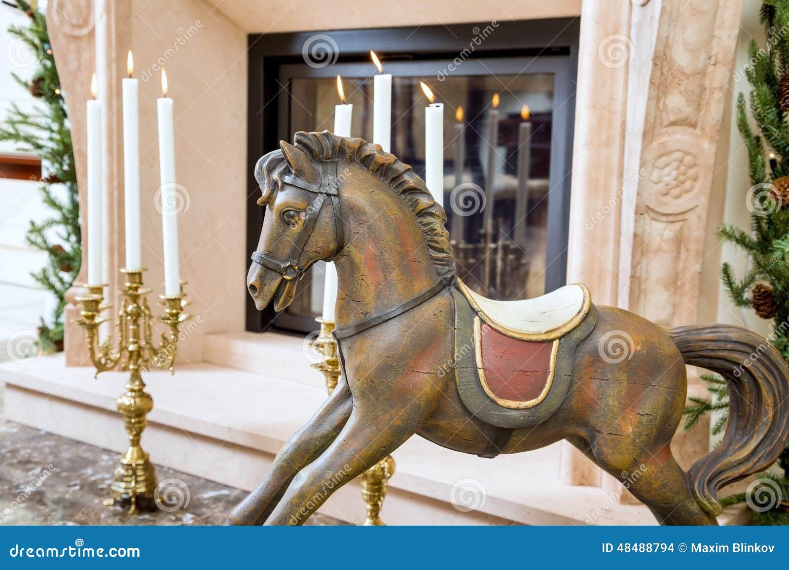 Cavallo A Dondolo In Legno.Vecchio Cavallo A Dondolo Di Legno Vicino Al Camino Fotografia Stock