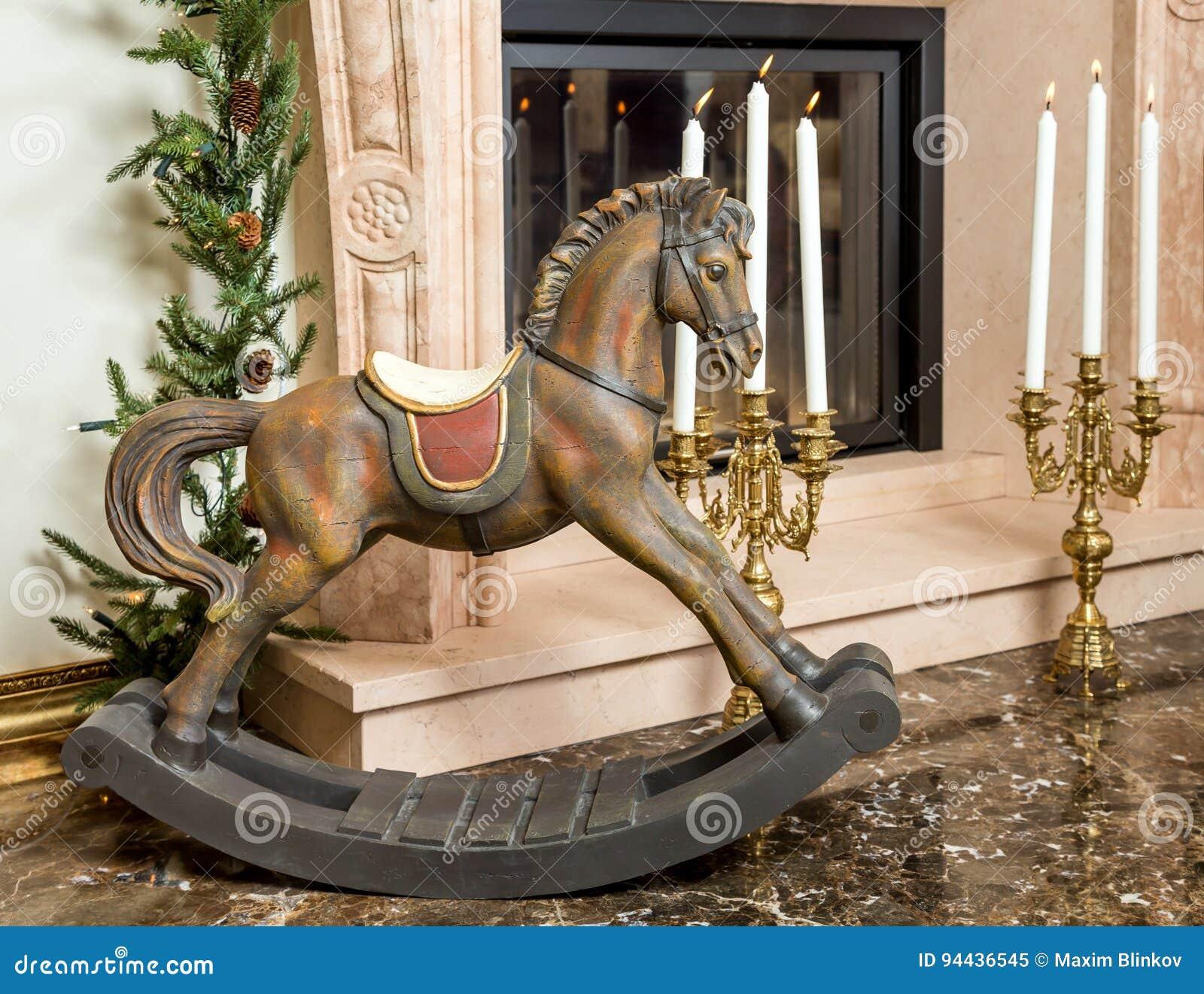 Cavallo A Dondolo Legno.Vecchio Cavallo A Dondolo Di Legno Vicino Al Camino Immagine Stock