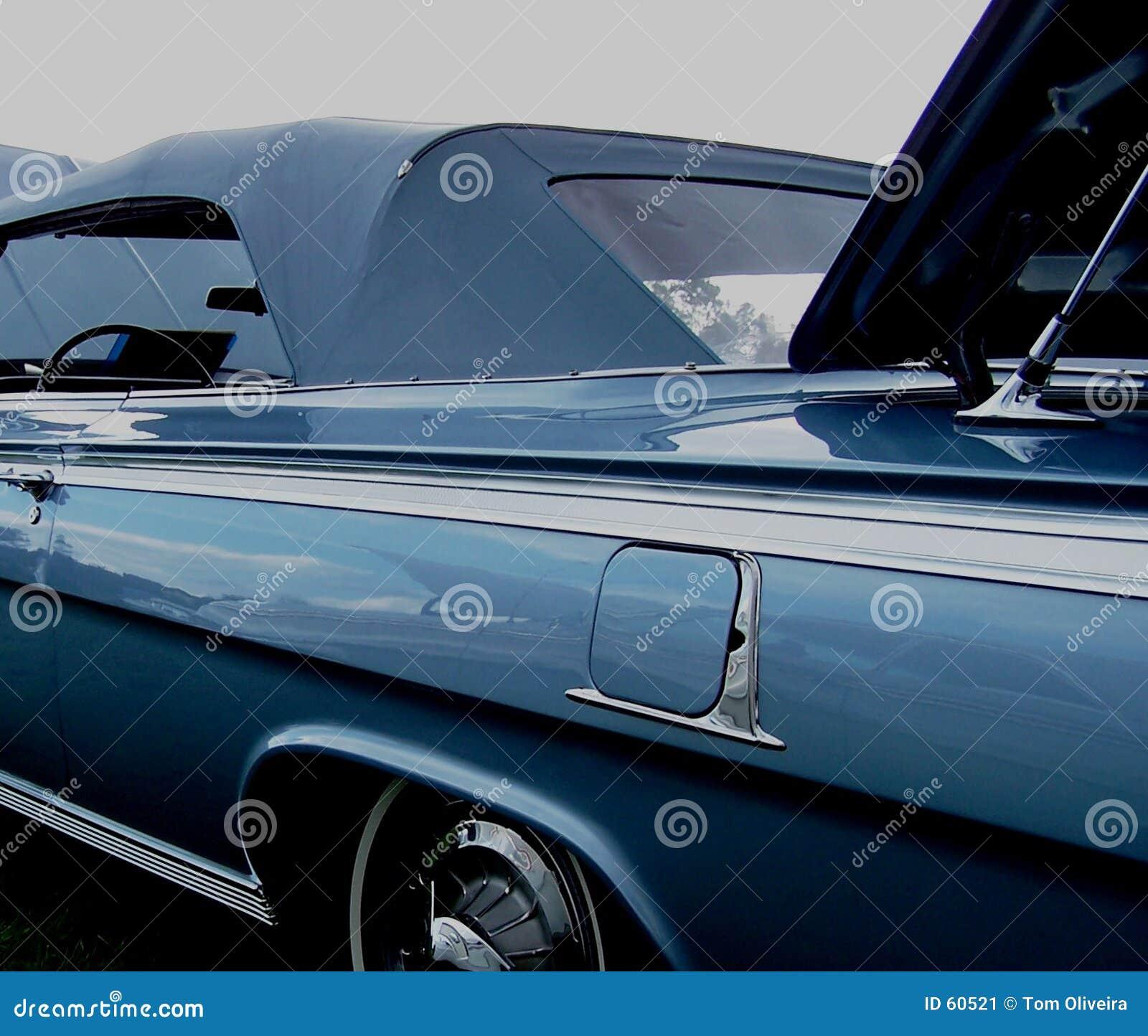 Vecchio convertibile blu