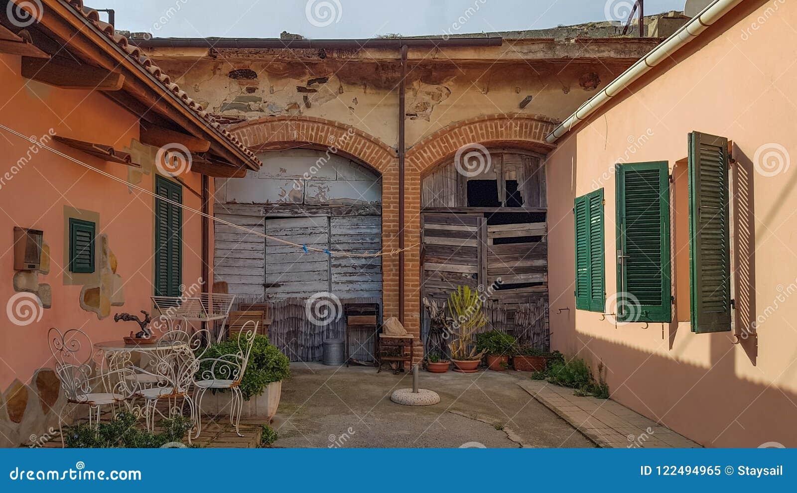Vecchio cortile in un villaggio spagnolo