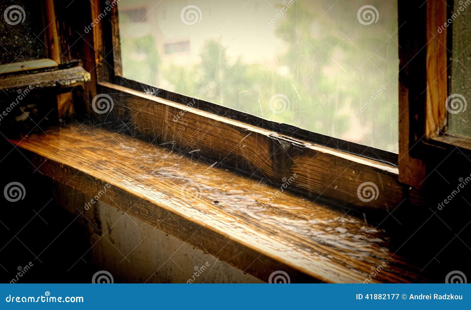Vecchio davanzale di legno della finestra sotto una - Davanzale finestra ...