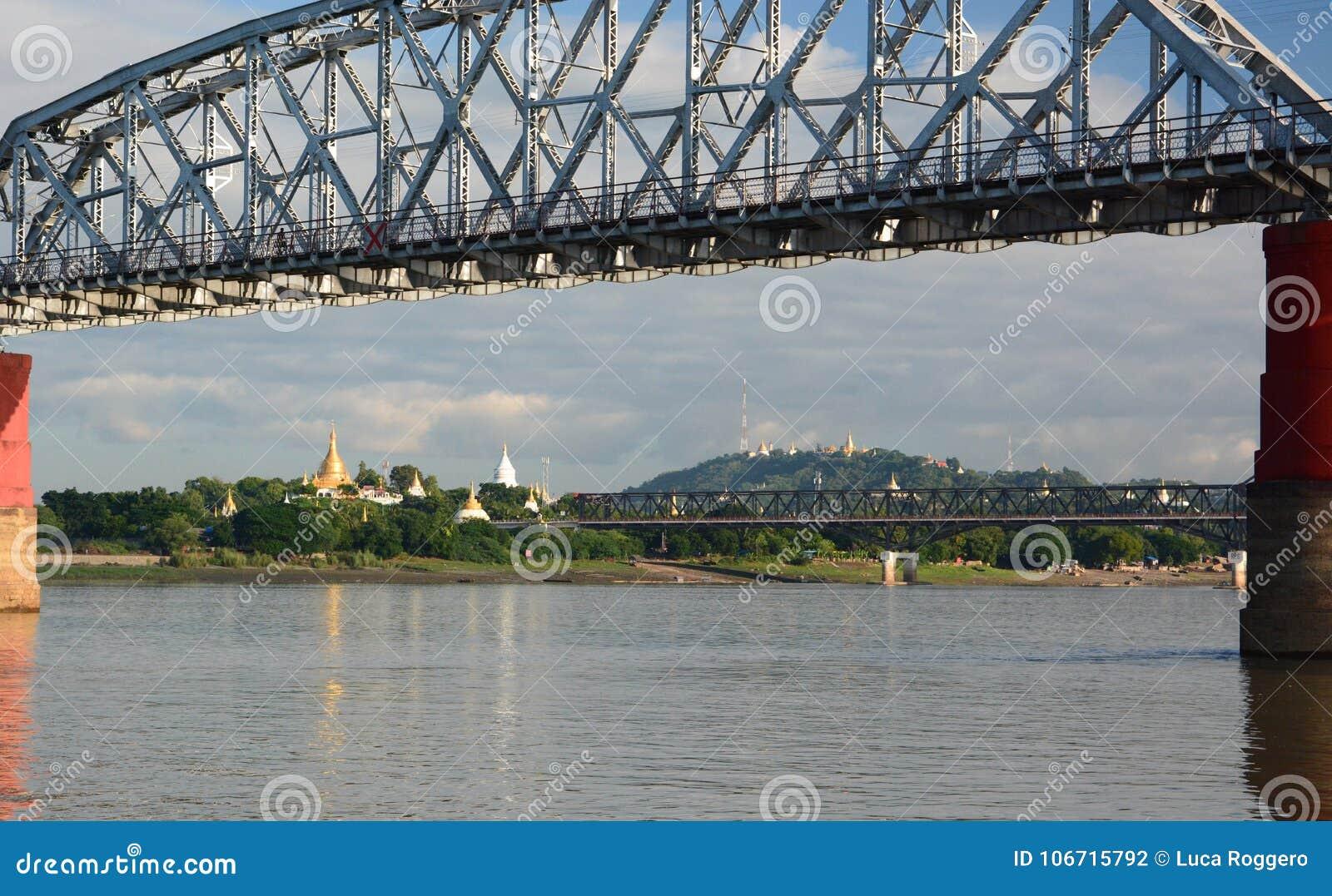 Vecchio e nuovo ponte di Ava sul fiume di Irrawaddy Sagaing myanmar