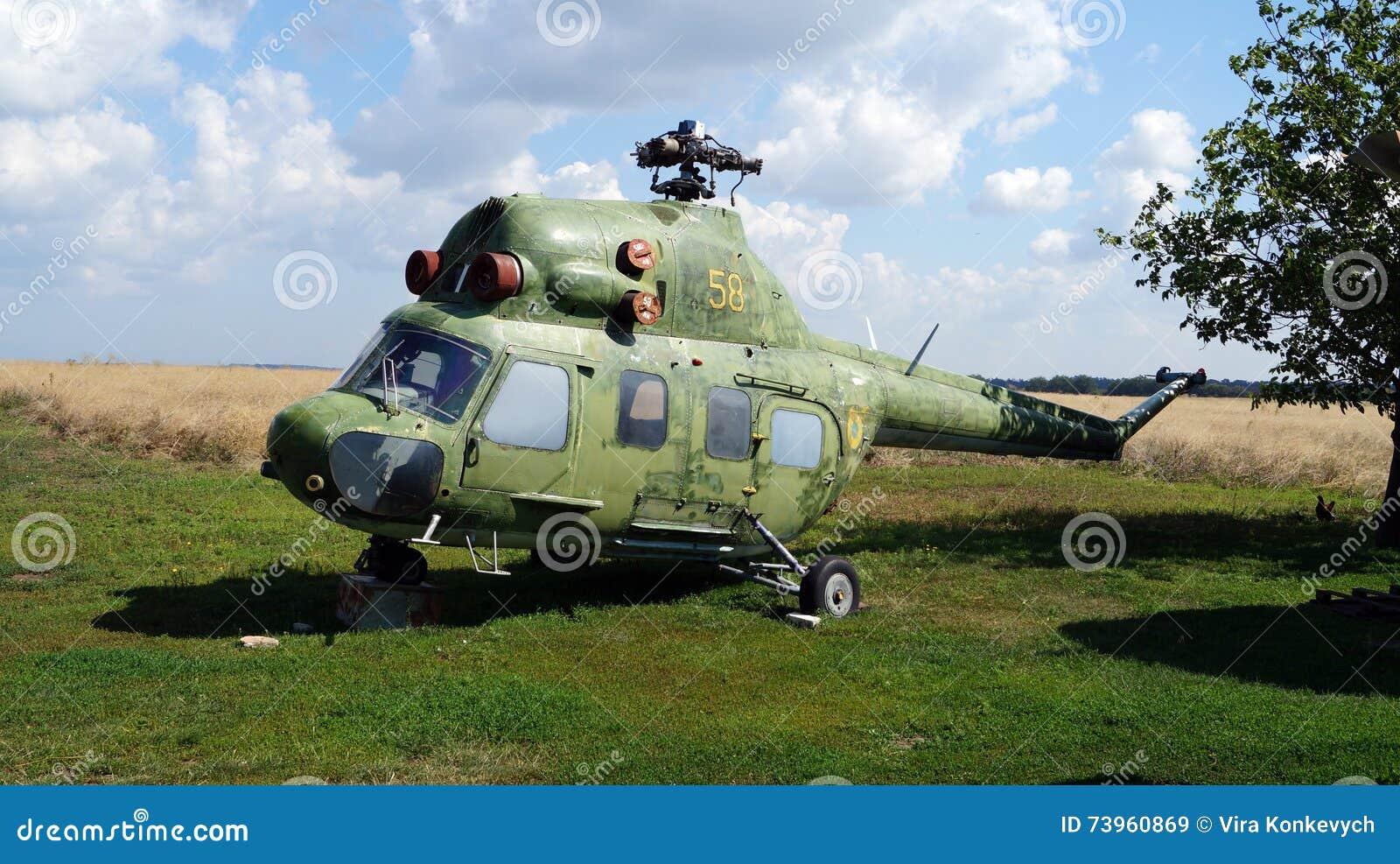 Vecchio Elicottero Che Sta Sullerba Verde Immagine Stock Immagine