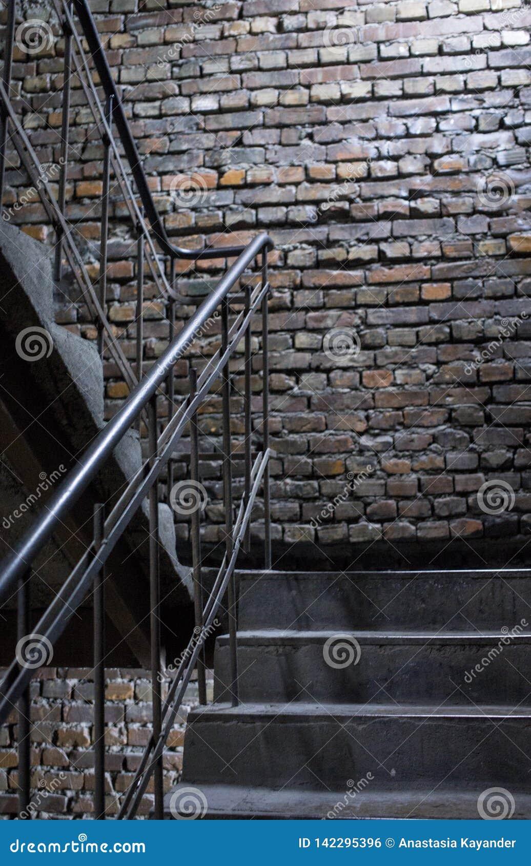 Vecchio fondo del muro di mattoni di lerciume con le scale