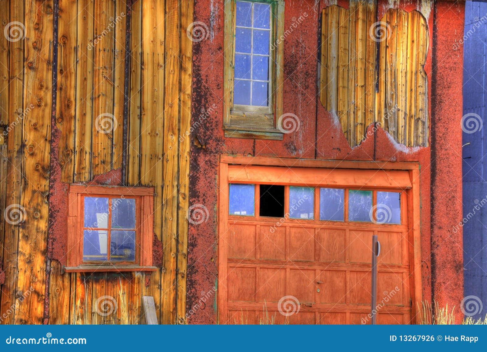 Vecchio garage di legno
