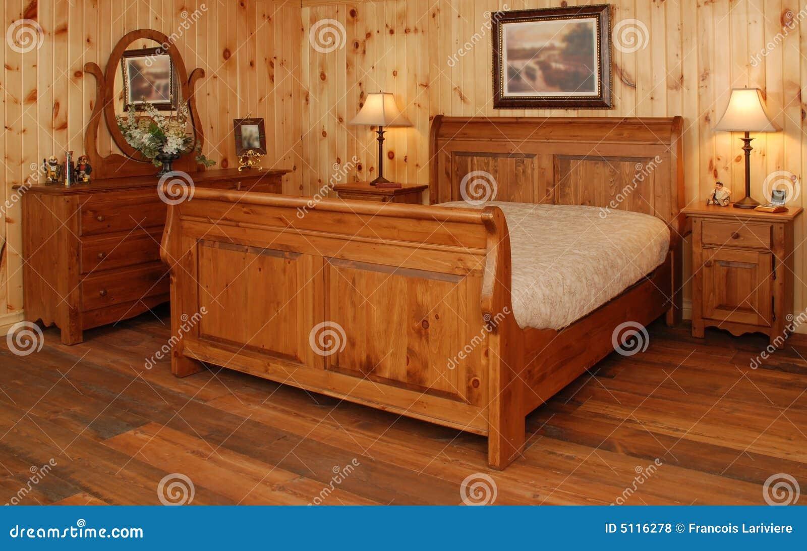 Letto Rustico Legno : Vecchio insieme di camera da letto di legno di pino fotografia