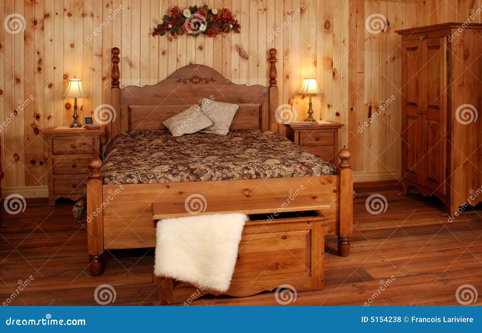 vecchio insieme di camera da letto di legno di pino