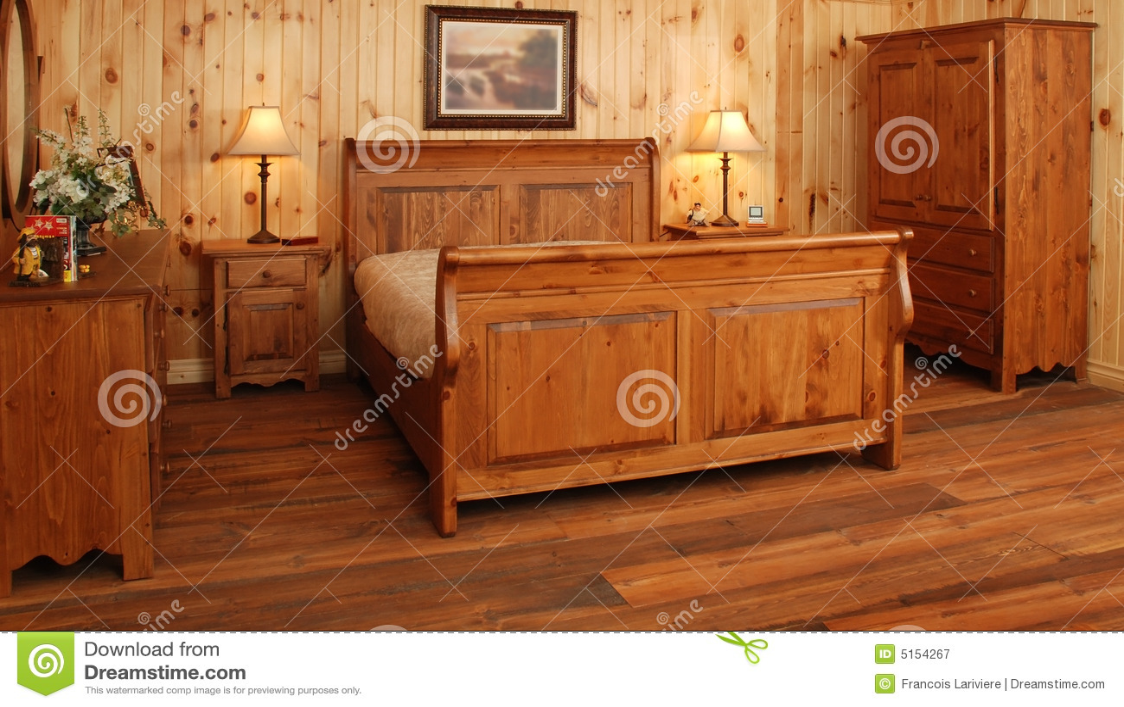 Camera Da Letto Usata In Pino : Vecchio insieme di camera da letto di legno di pino immagine stock