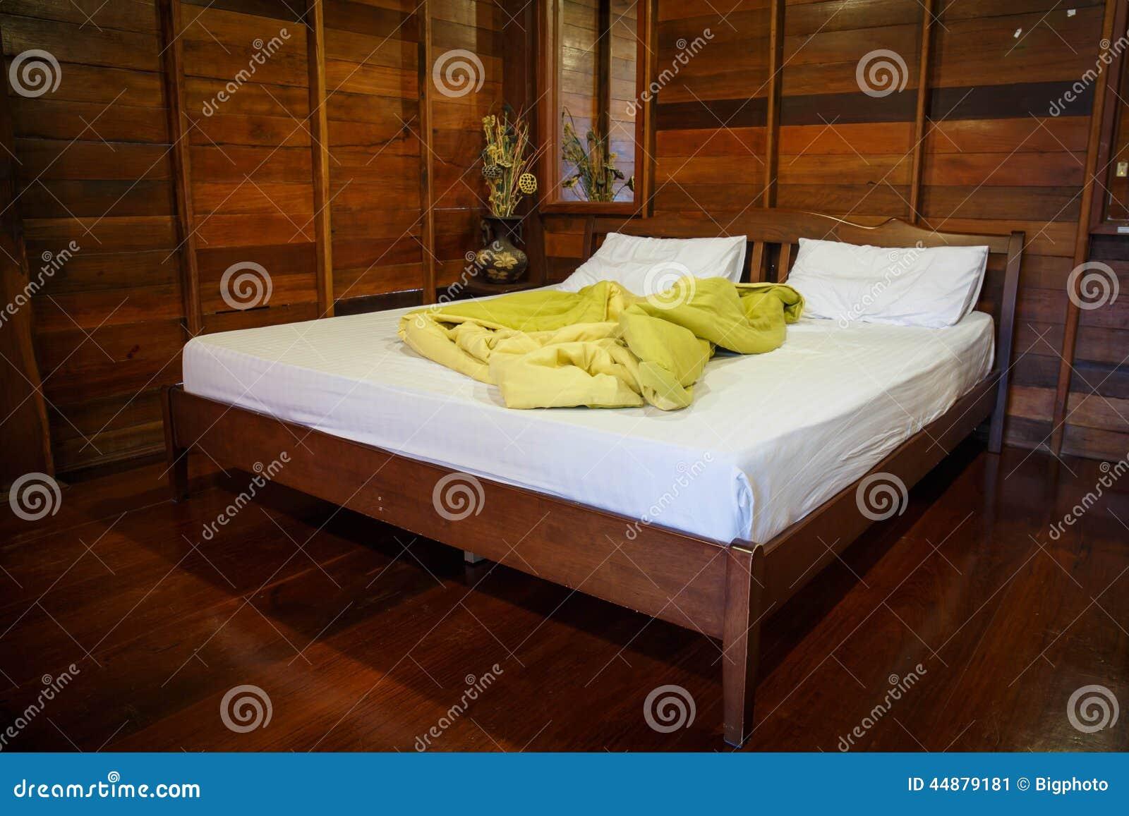 Camera Da Letto Legno Naturale : Vecchio insieme di camera da letto vuoto in legno naturale