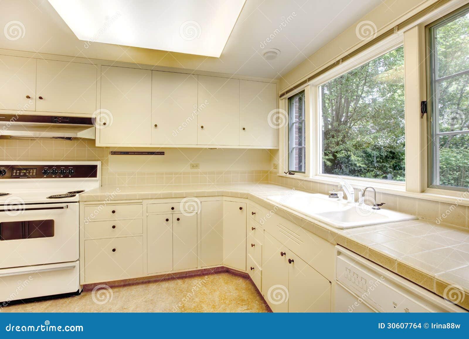 vecchio interno semplice bianco della cucina in casa
