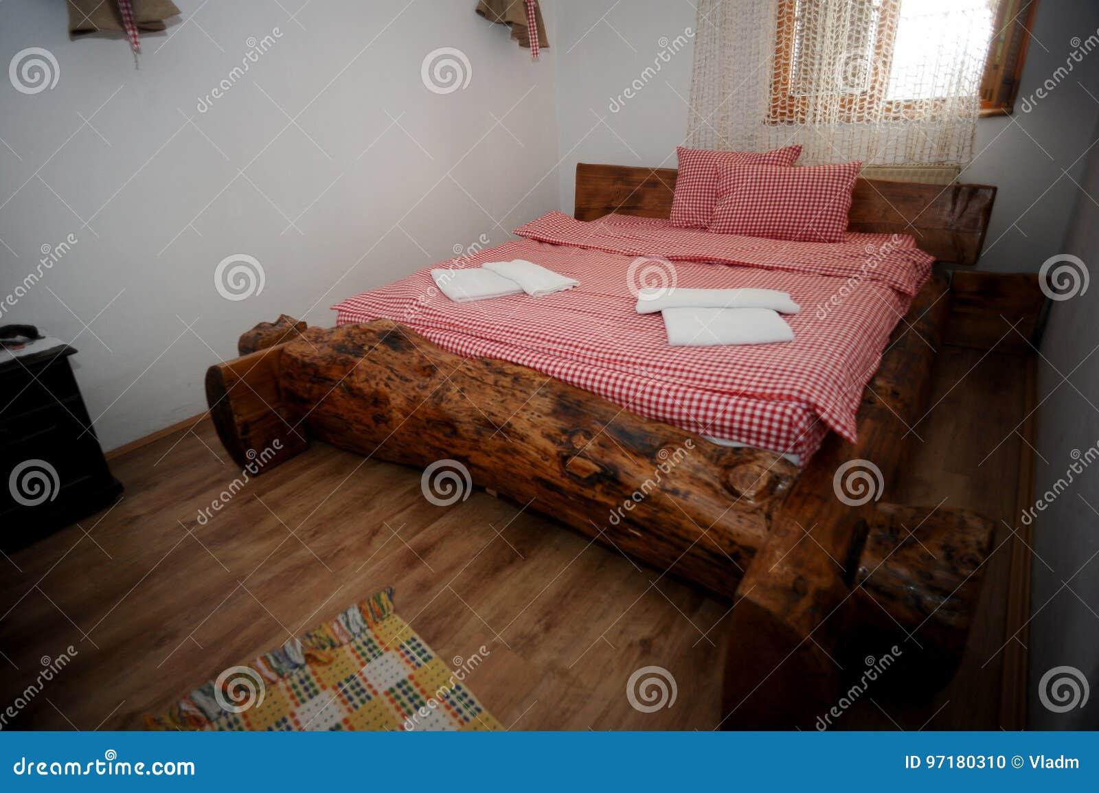 Letto Rustico Legno : Vecchio letto rustico di legno con gli strati rossi nel cottage