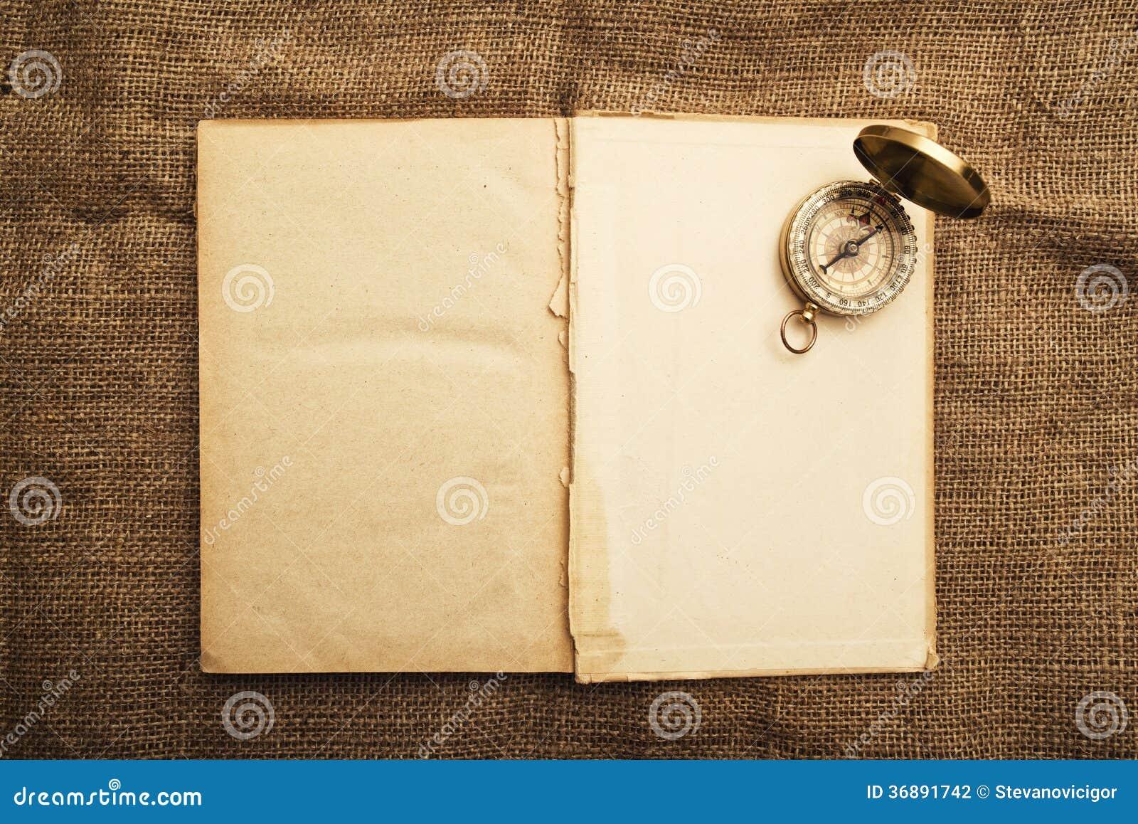 Download Vecchio Libro Aperto Con La Bussola Fotografia Stock - Immagine di esplori, libreria: 36891742