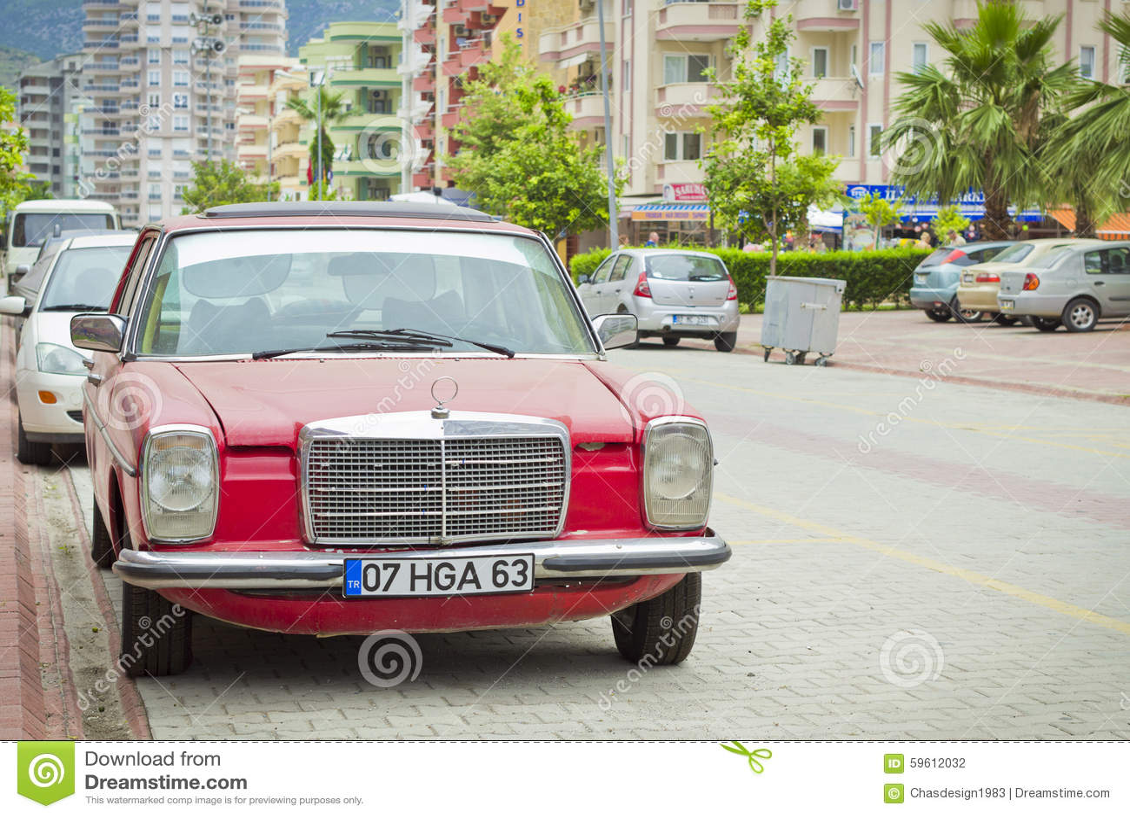 Vecchio Mercedes sulla via del villaggio di Kemer in Turchia dentro ...