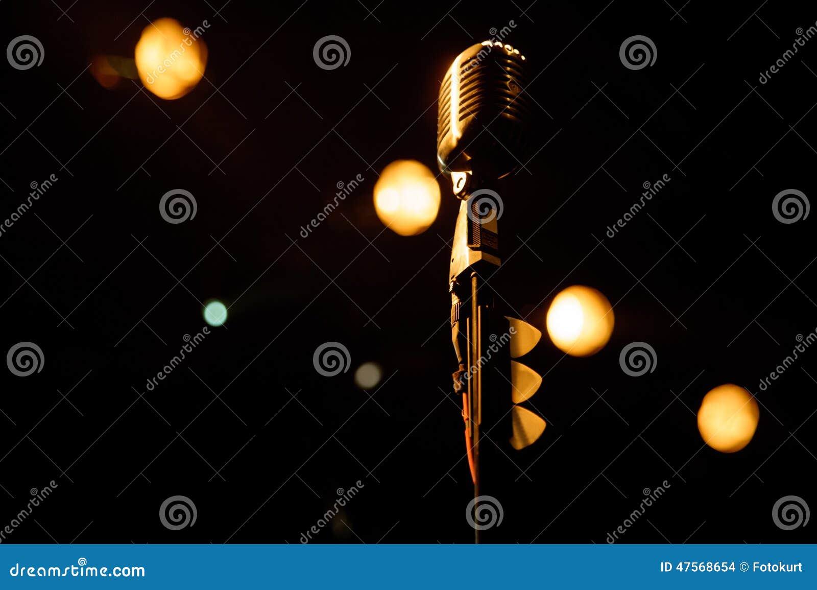 Vecchio microfono contro il fondo di lerciume