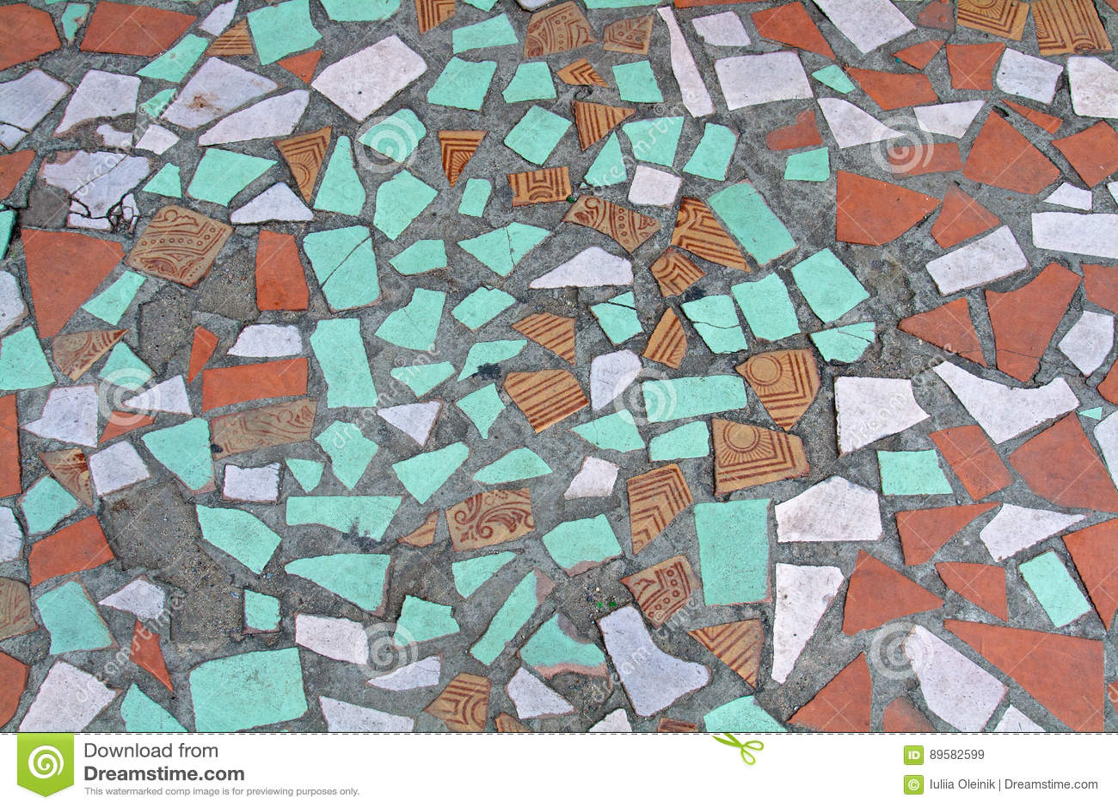 Vecchio mosaico variopinto sul pavimento delle piastrelle di