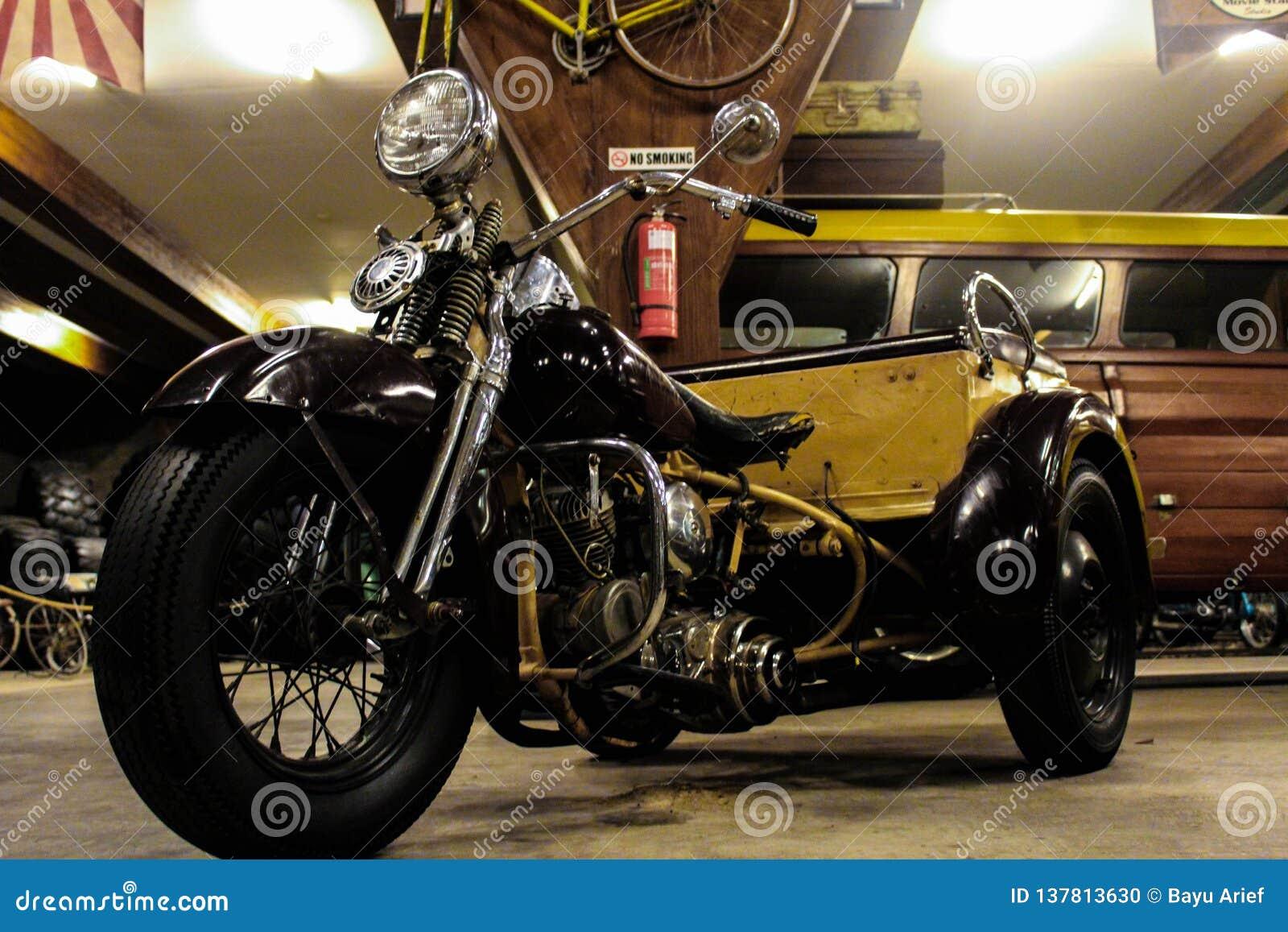Vecchio motociclo nel museo di Angkut