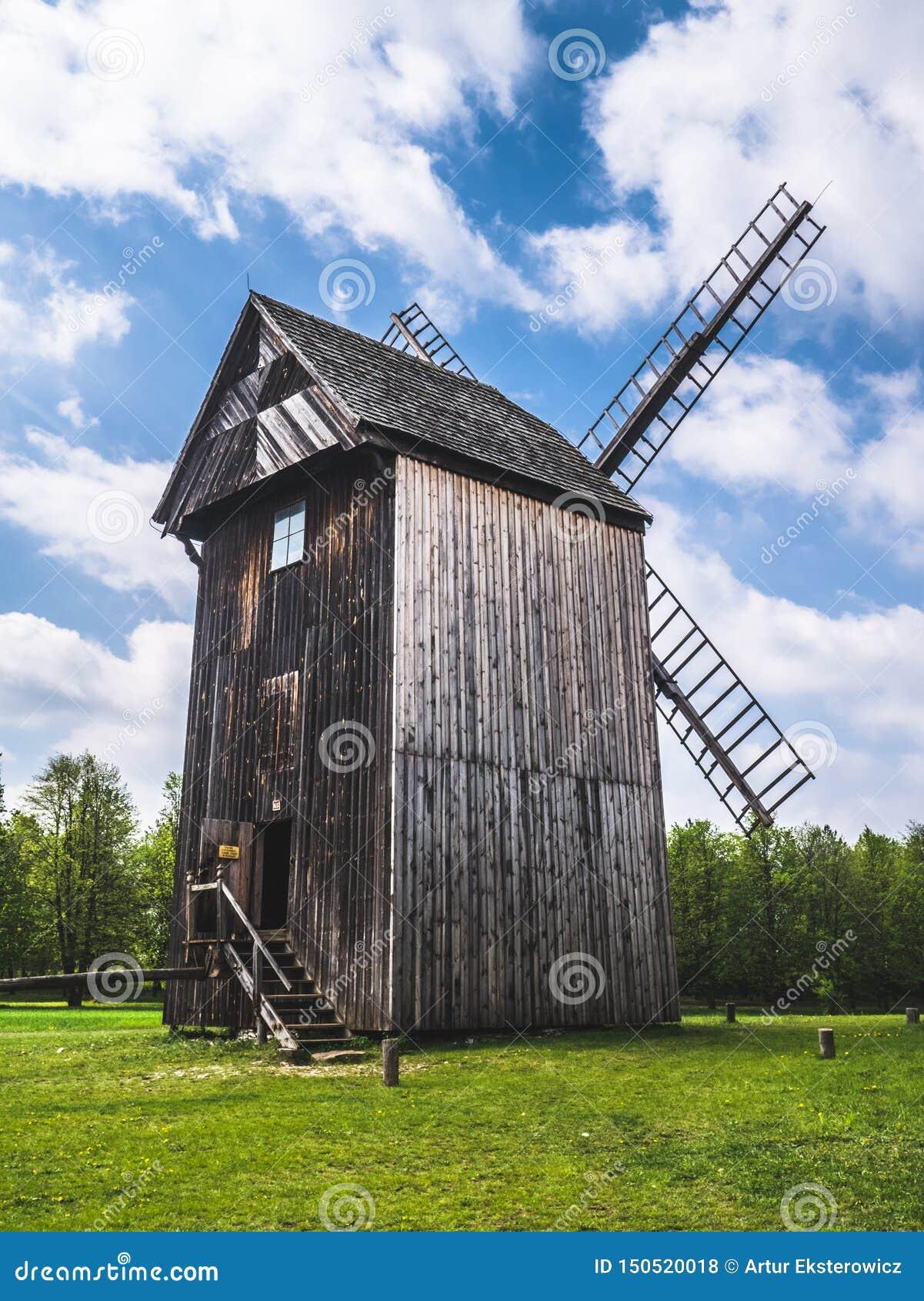 Vecchio mulino di legno nella campagna