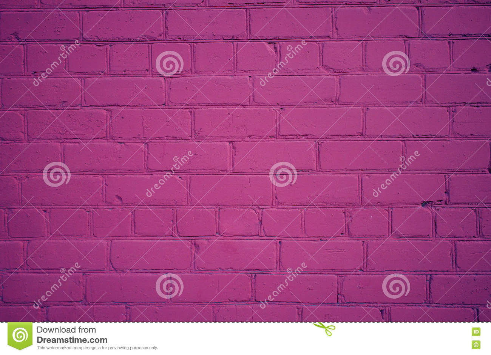 Vecchio muro di mattoni dipinto di recente nel colore porpora