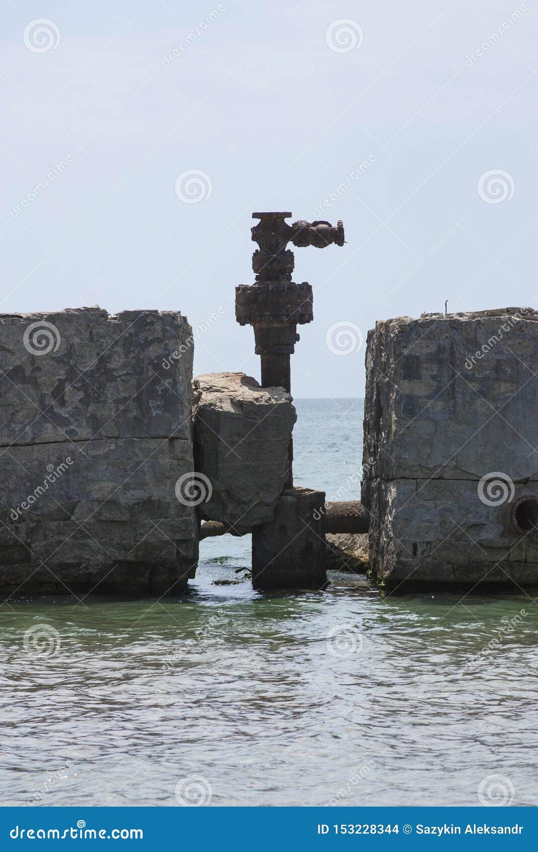 Vecchio olio di pompaggio abbandonato del terminale dai precedenti giacimenti di petrolio Industria petrolifera equipment Azerba