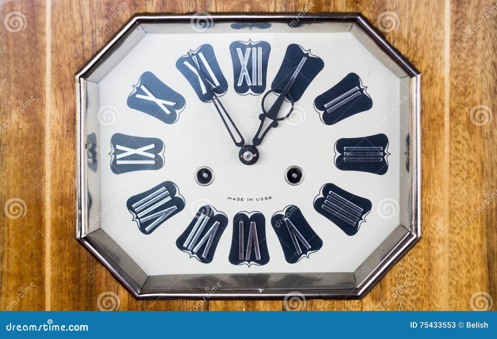 Vecchio orologio con i numeri romani fotografia stock for Orologio numeri romani