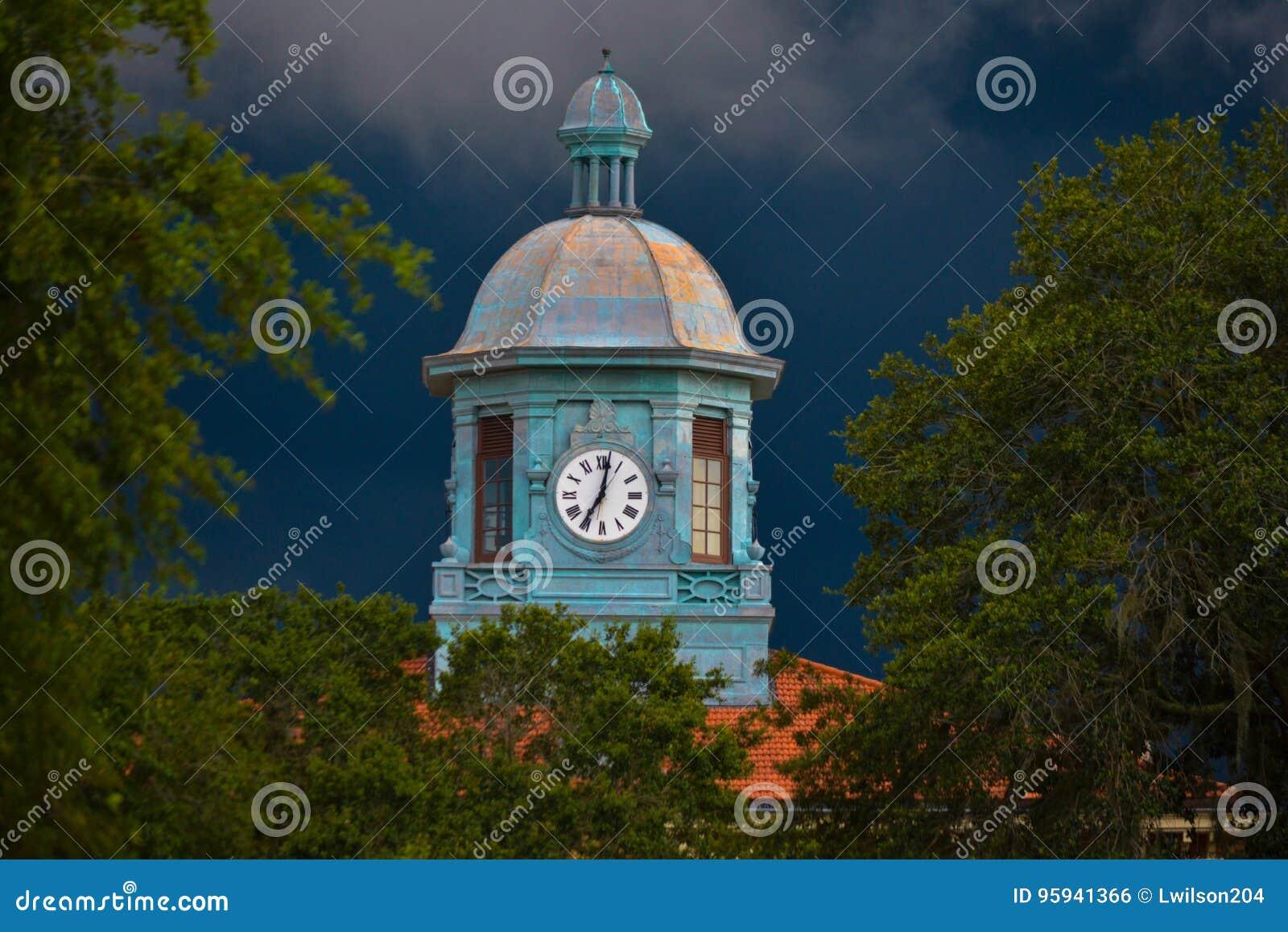 Vecchio orologio del tribunale della contea di Citrus in tempo inclemente