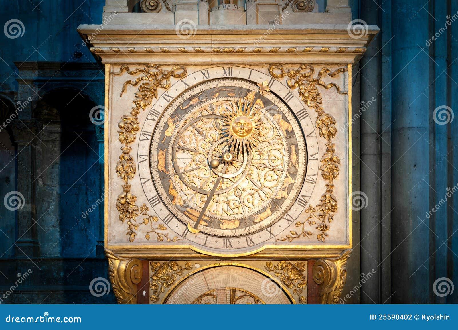 Vecchio orologio dorato a Lione, Francia.