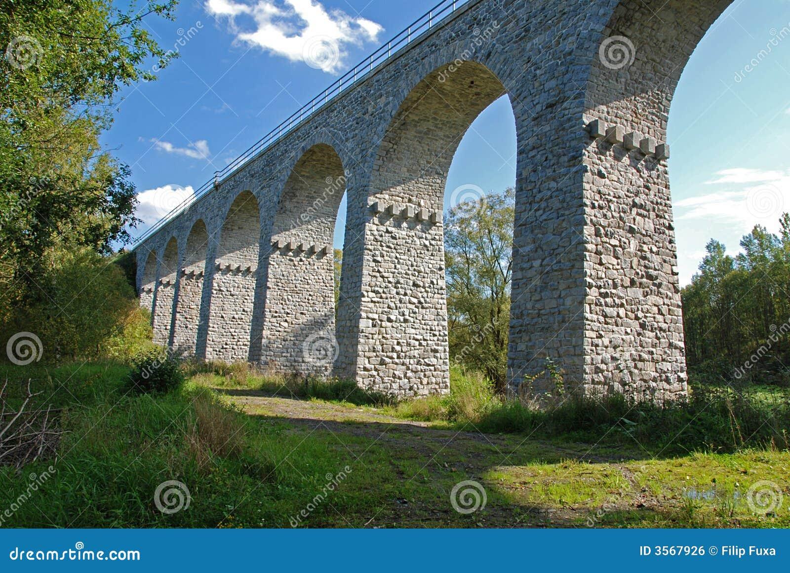 Vecchio ponticello ferroviario di pietra