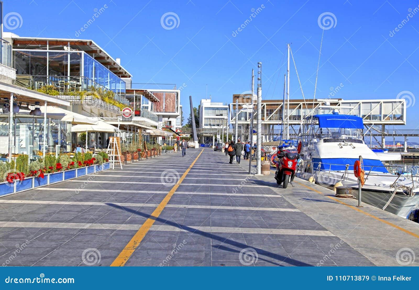 Vecchio porto di Limassol con i ristoranti e gli yacht moderni, Cipro