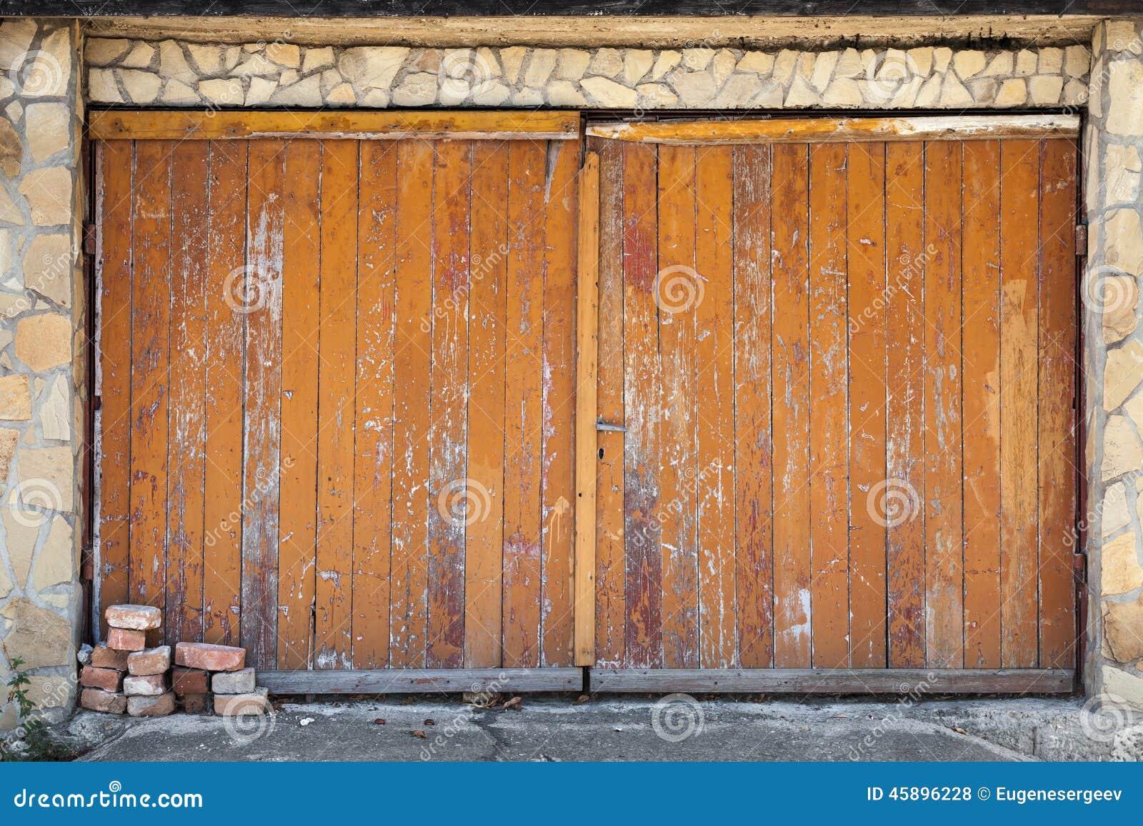 Vecchio portone di legno del garage struttura del fondo for Prezzi del garage della carrozza