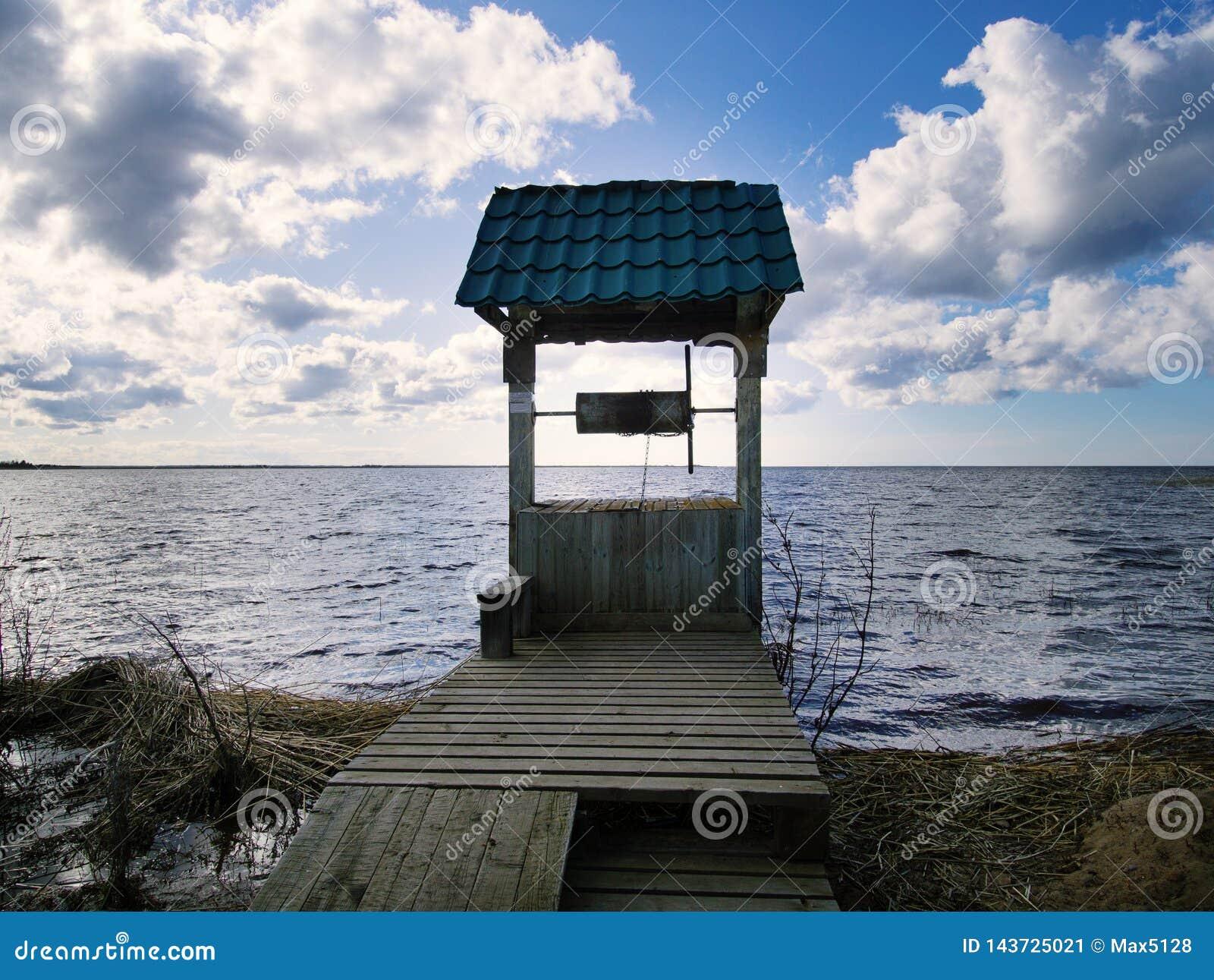 Vecchio pozzo di tiraggio sulla riva del lago