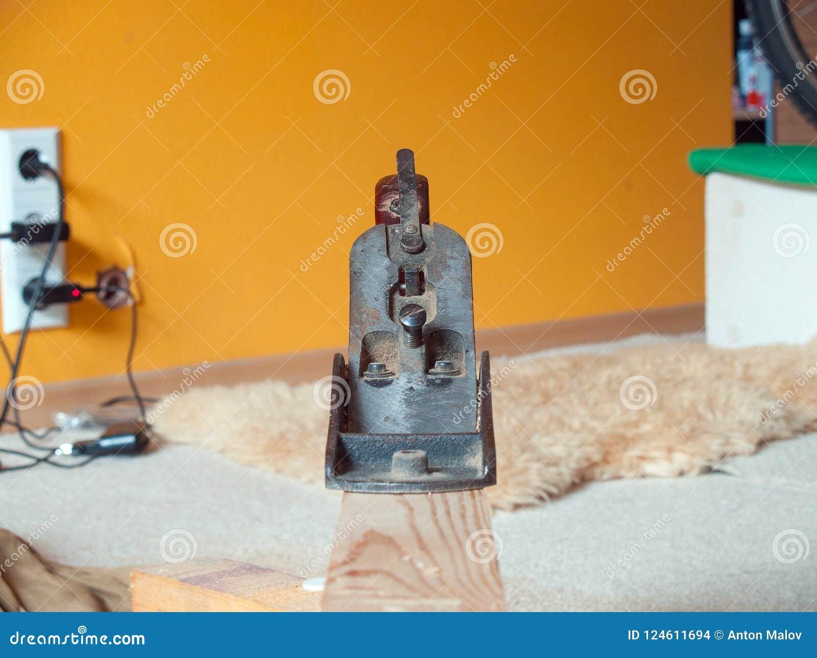 Vecchio retro strumento della pialla per sgrossare sul fascio di legno