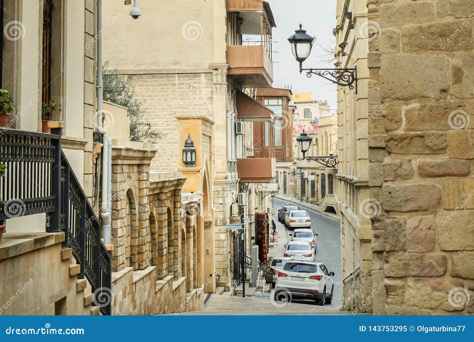 Vecchio steet stretto di discesa di Colorfull in Città Vecchia Bacu, Azerbaigian