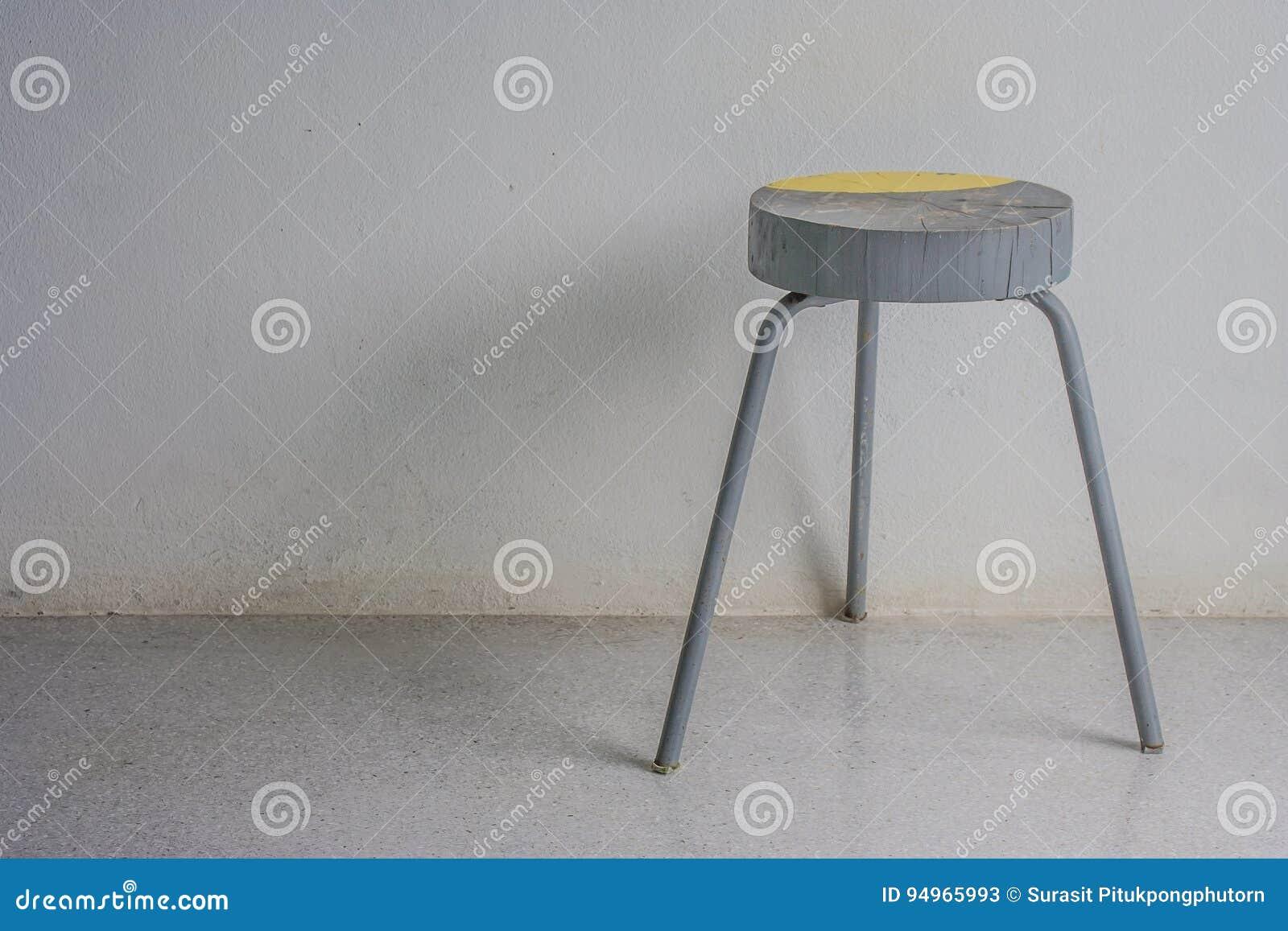 Vecchio stile dannata dello sgabello da bar n che sta sul pavimento