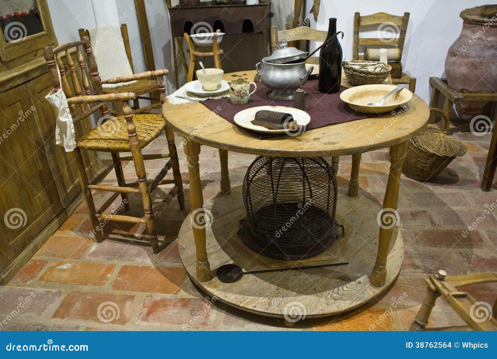 Vecchio tavolo da cucina immagini stock immagine 38762564 for Piani domestici di vecchio stile