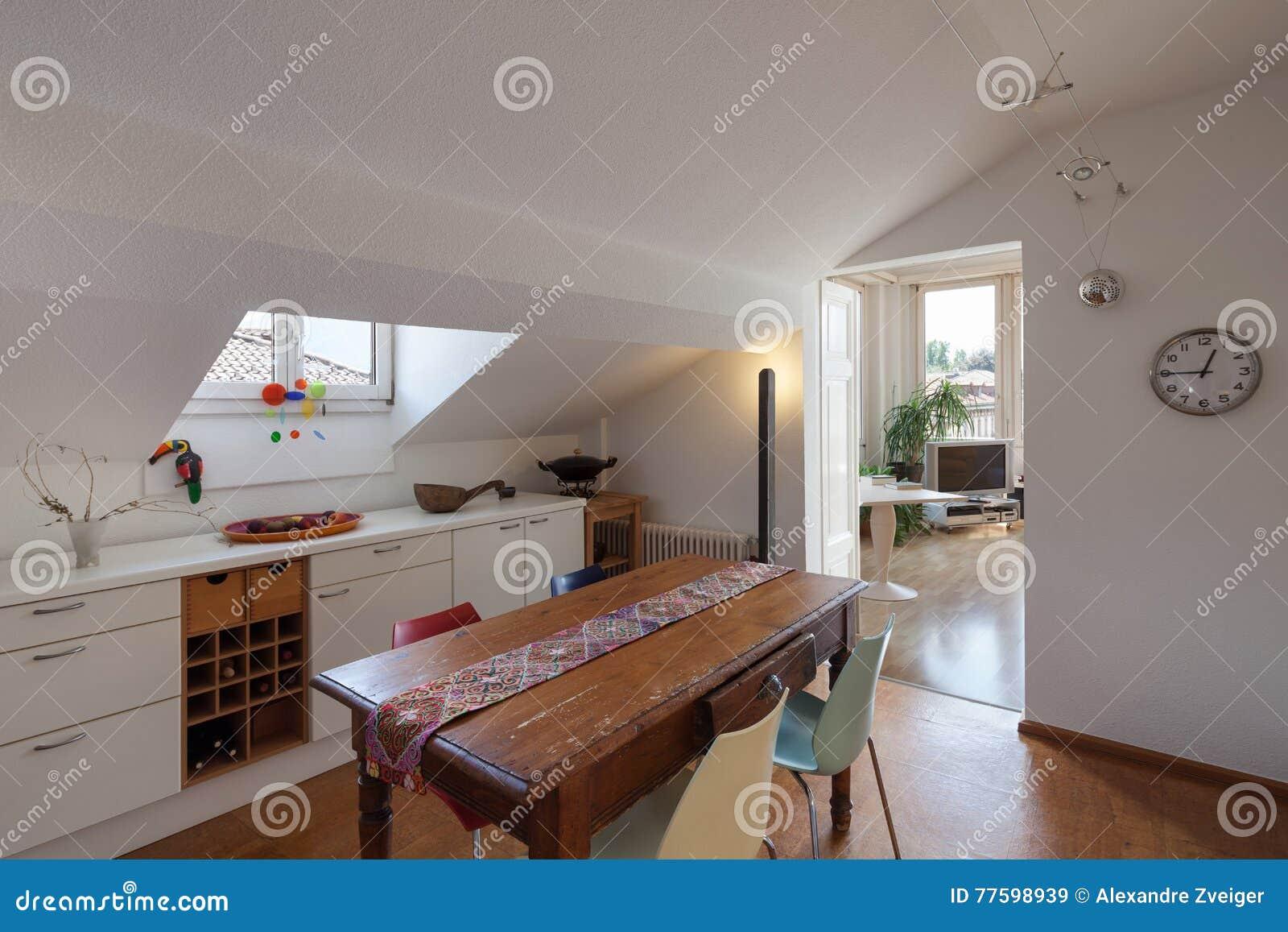 Vecchio tavolo da pranzo di legno di una cucina fotografia for Tavolo legno vecchio cucina