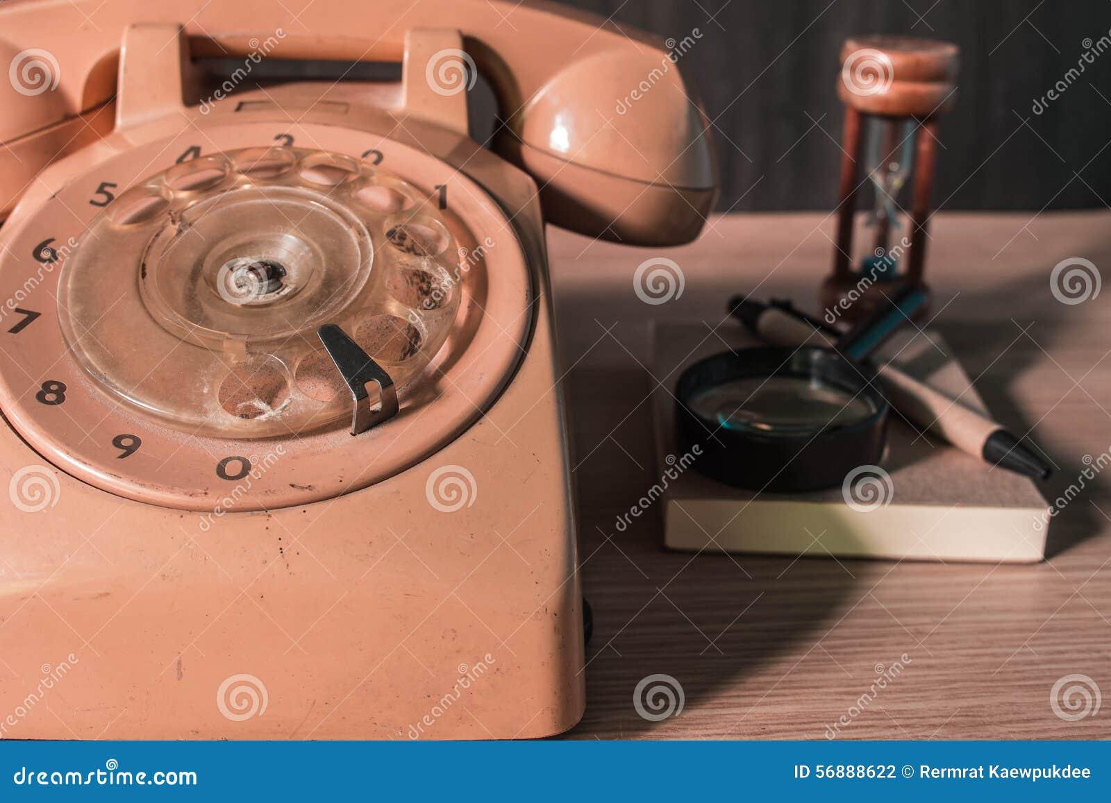 Vecchio telefono su un di legno