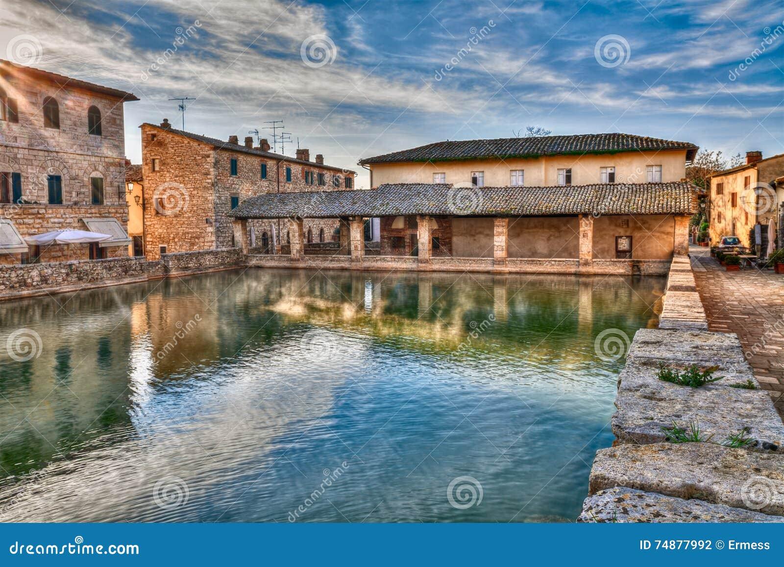 Vecchio terme in bagno vignoni toscana italia fotografia stock immagine di stagno italiano - Il loggiato bagno vignoni ...