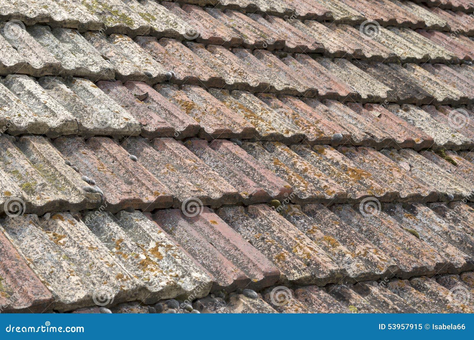 Vecchio tetto con il primo piano delle piastrelle di ceramica