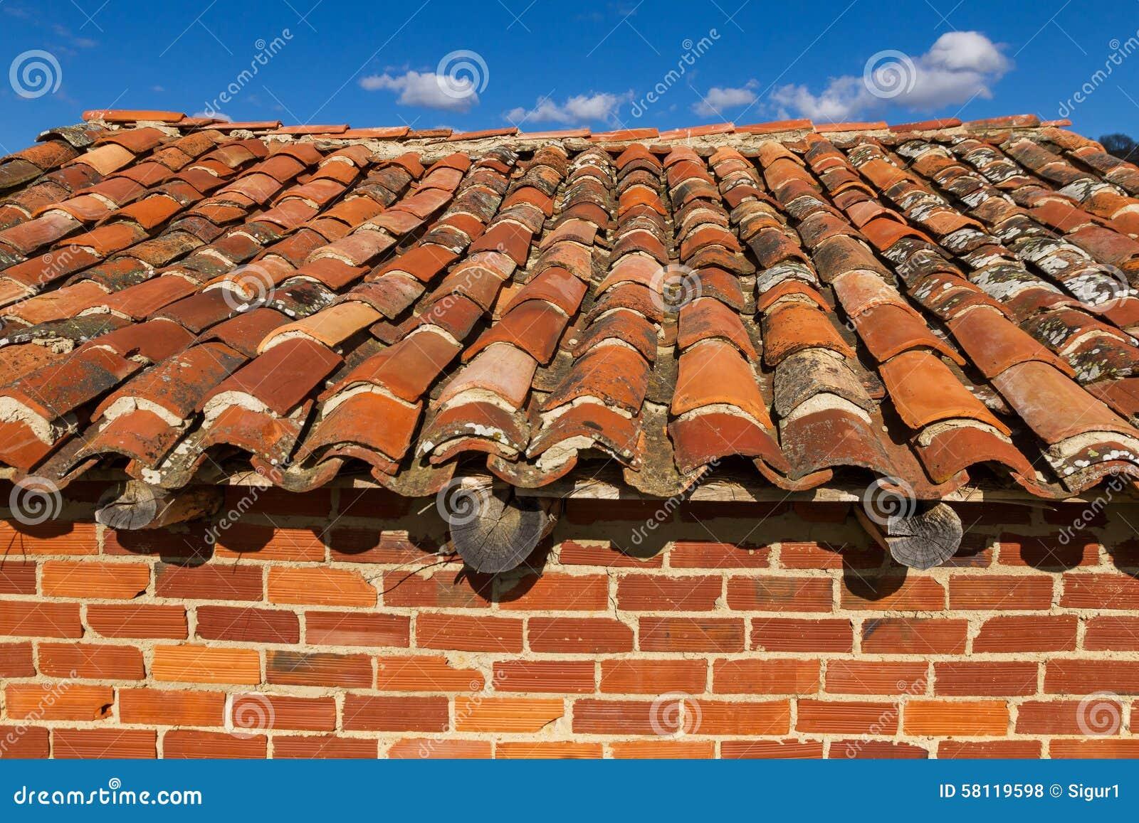Vecchio tetto di tettoia del mattone fotografia stock for Tettoia inclinata del tetto