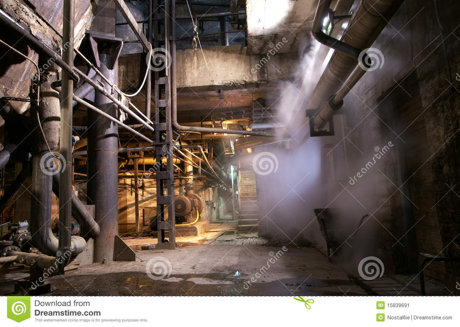Vecchio tubo di vapore abbandonato della fabbrica