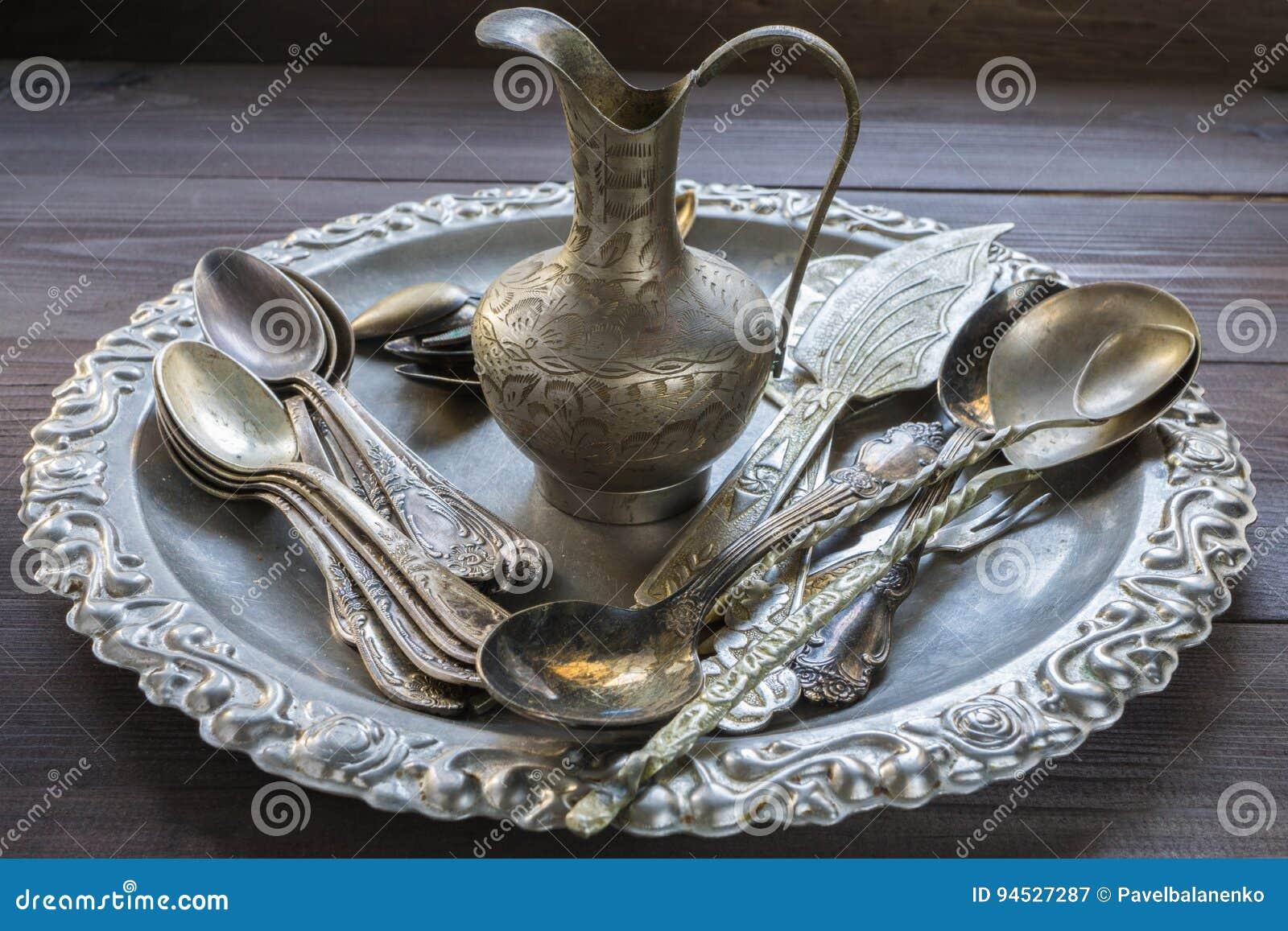 Vecchio utensile d argento d annata della cucina con gli ornamenti