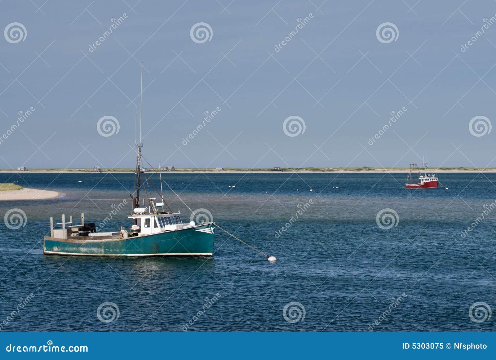 Download Vecchio Verde E Pescherecci Rossi Ancorati In W Calmo Immagine Stock - Immagine di commercio, oceano: 5303075