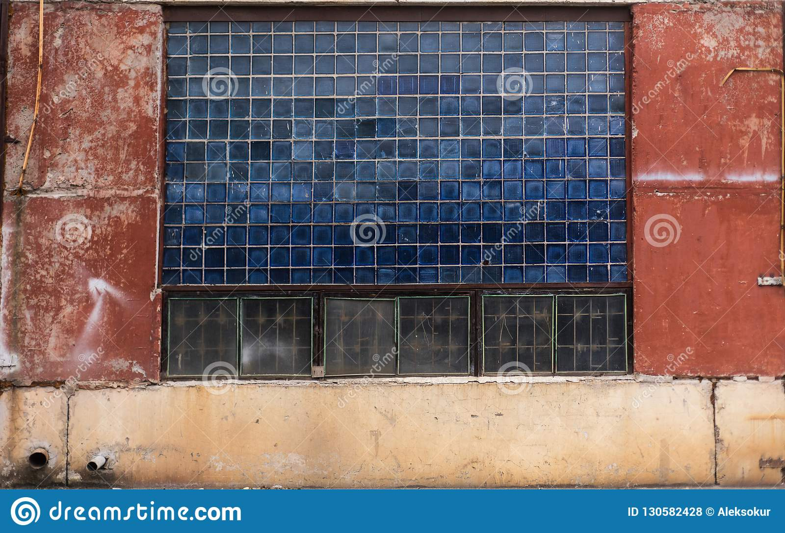 Vecchio vetro grungy del blocco e struttura concreta dipinta del magazzino dall URSS