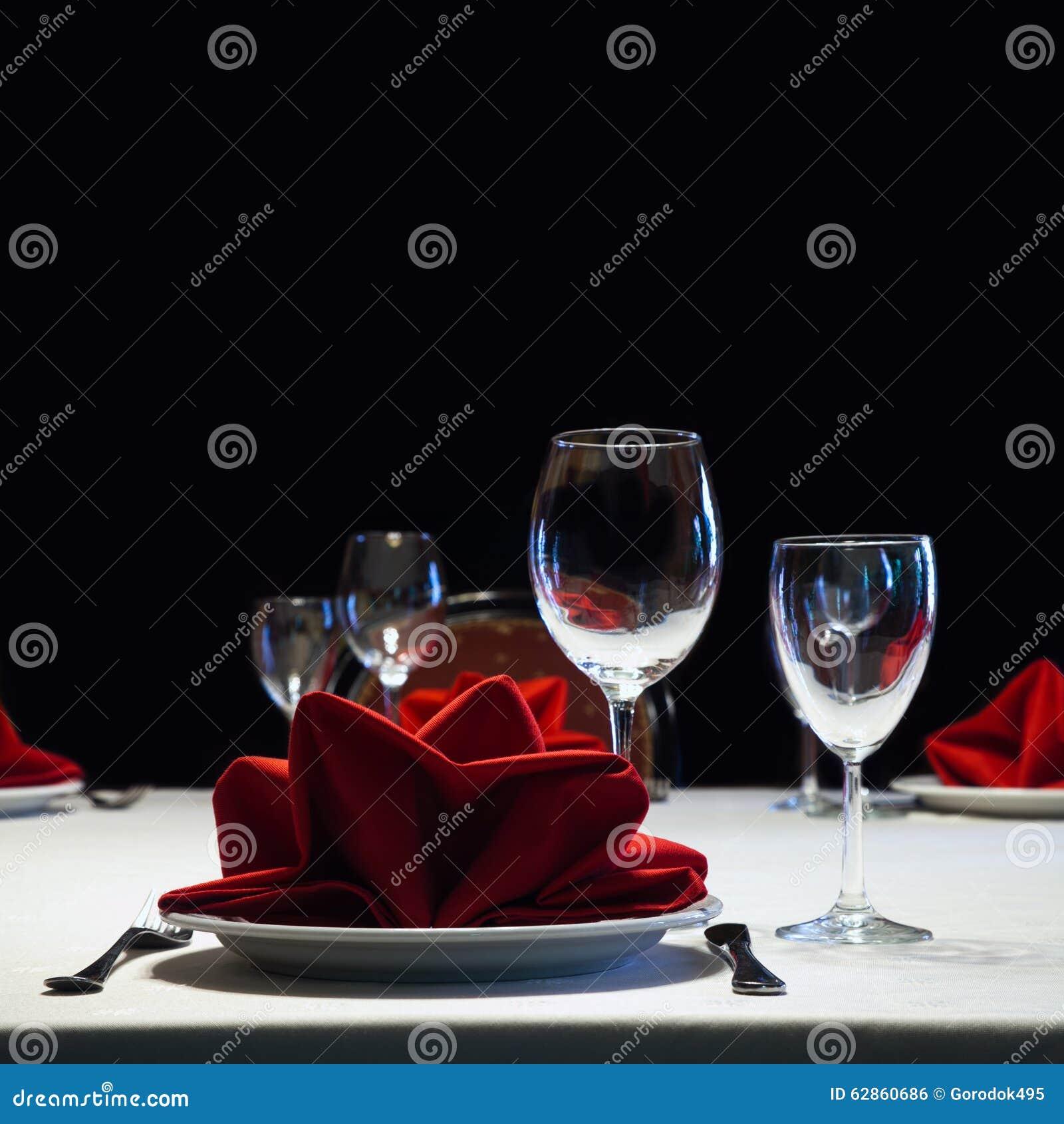Vector servido Interior romántico del restaurante con a